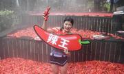 Cô gái ăn 20 quả ớt trong một phút ở Trung Quốc