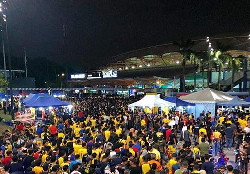 Rất đông người hâm mộ chờ mua vé tại sân Bukit Jalil tối 8/12. Ảnh: Nhật Linh