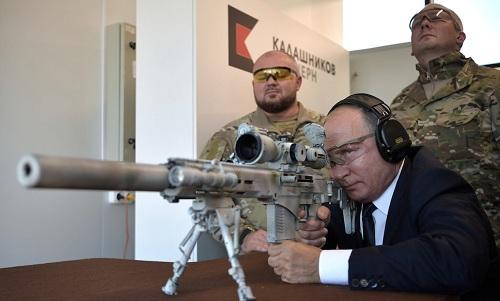 Tổng thống Nga Vladimir Putin bắn thử súng SVCh hồi tháng 9. Ảnh: RT.
