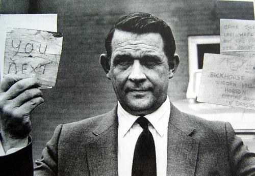 Điều tra viên cầm trong tay hai lá thư đe dọa. Ảnh: Weston Media Publishing.