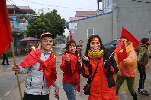 Cổ động viên từ Bắc Ninh đổ đến sân vận động gần nhà Quang Hải để theo dõi trận đấu qua màn hình lớn. Ảnh: Quang Chiến