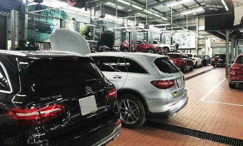 Một xưởng dịch vụ của Mercedes đầy xe GLC đến kiểm tra hôm 14/8. Ảnh: Nguyễn Linh.