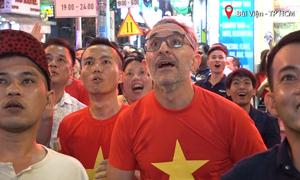Khách Tây nhảy nhót cổ vũ tuyển Việt Nam