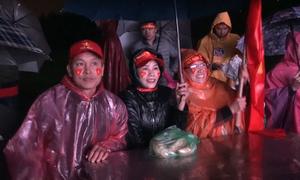Người dân đến nhà các cầu thủ cổ vũ tuyển Việt Nam trong mưa