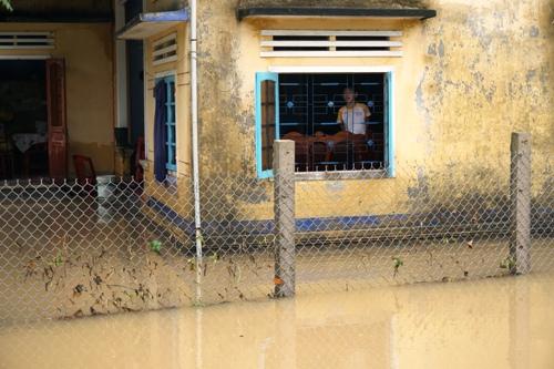 Nước sông Trà Câu đang ở mức báo động 3 khiến nhà dân huyện Đức Phổbị ngập. Ảnh: Phạm Linh.