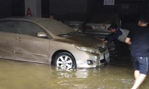 Đà Nẵng giải cứu 13 xe sang ngập nước trong hầm chung cư