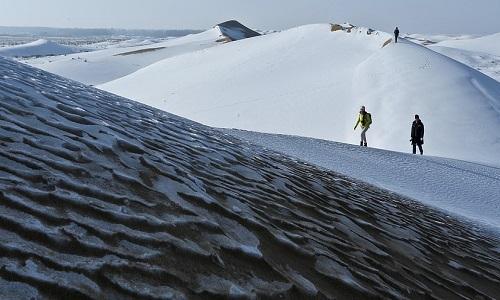 Sa mạc Ba Đan Cát Lâm đổi màu trắng xóa do tuyết. Ảnh: Xinhua.