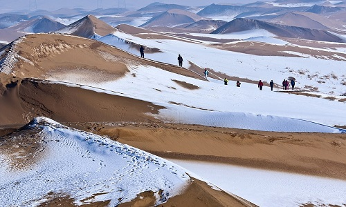 Tuyết trắng bao phủ những đụn cát. Ảnh: Xinhua.