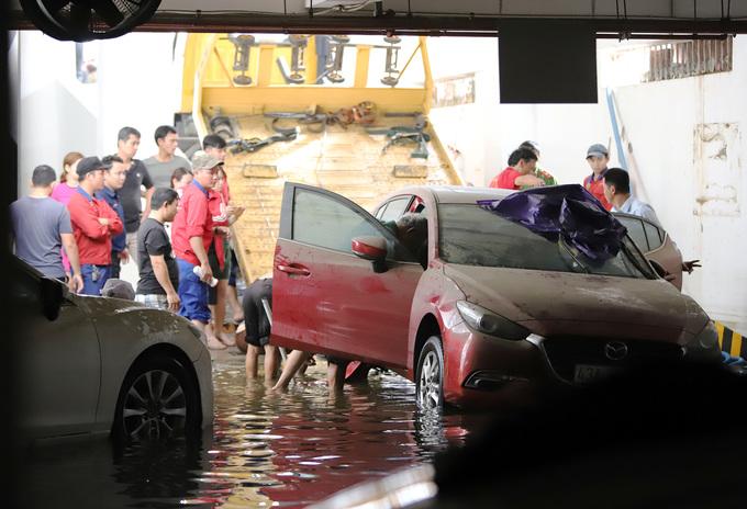 13 ôtô được cứu sau ba ngày chìm dưới nước