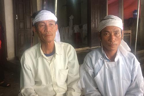 Ông Cường (trái) cho rằng con gái tử vong do sốc thuốc, bệnh viện không sớm cho chuyển tuyến điều trị. Ảnh: Hoàng Táo