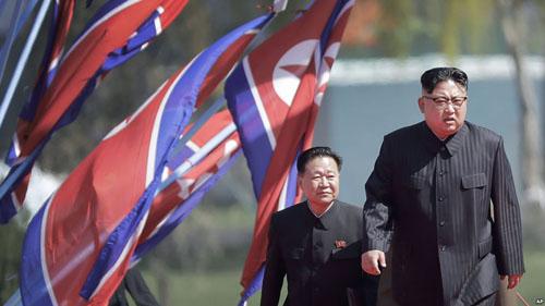 Kim Jong-un (trước) và Choe Ryong-hae tại Bình Nhưỡng tháng 4/2017. Ảnh: AP.