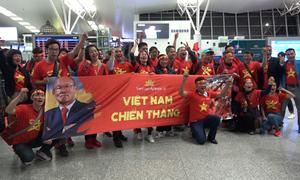CĐV lên đường sang Malaysia cổ vũ tuyển Việt Nam từ mờ sáng