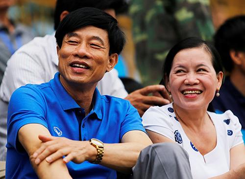 Bố mẹ trung vệ Quế Ngọc Hải trong một lần tới sân Vinh cổ vũ con trai thi đấu. Ảnh: Báo Nghệ An