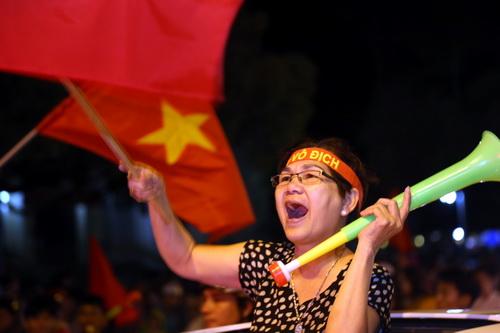 Người dân Biên Hòa ra đường hò reo, mừng thành công của đội tuyển ở trận chung kết lượt đi. Ảnh: