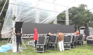 Lắp màn hình LED cỡ lớn xem bóng đá ở nhà Quang Hải, Duy Mạnh