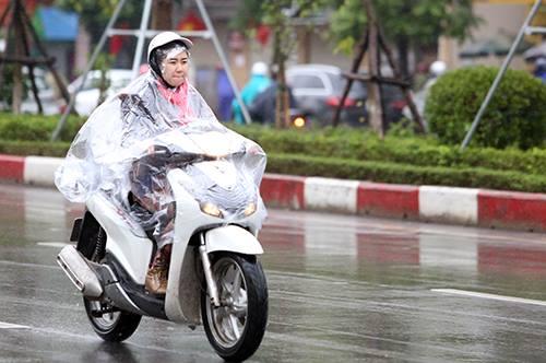 15h ngày 11/12, Hà Nội mưa rét, nhiệt độ chỉ14 độ C. Ảnh: Ngọc Thành