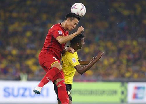 Quế Ngọc Hải trong một pha tranh bóng với cầu thủ Malaysia ở trận chung kết lượt đi. Ảnh: Đức Đồng