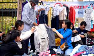 Quầy quần áo 2.000 đồng trên vỉa hè của sinh viên Quảng Ngãi