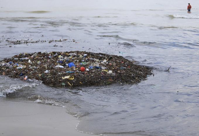 Hàng chục tấn rác thải sinh hoạt tràn ra biển Đà Nẵng
