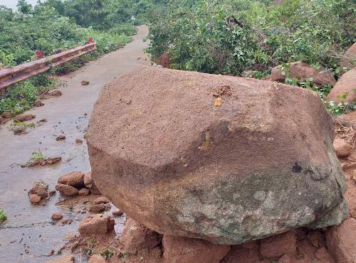 Những phiến đá to rơi xuống đường, tiềm ẩn nguy hiểm. Ảnh: N.Đ.