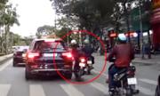 Tài xế Mercedes không bắt đền cô gái tông vỡ đèn chiếu hậu