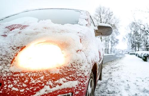 Vào mùa lạnh tại Mỹ, không ít ôtô vẫn nổ máy suốt nhiều phút dù không có ai trên xe với mục đích làm nóng trước khi tài xế ngồi vào và lái đi.