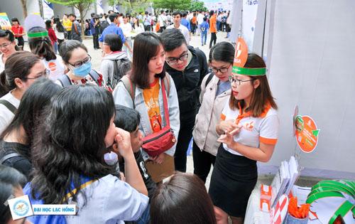 Sinh viên trường Đại học Lạc Hồng tham gia Ngày hội việc làm 2018 để gặp gỡ doanh nghiệp.