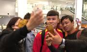 Cổ động viên vây kín tuyển Việt Nam tại sân bay Nội Bài