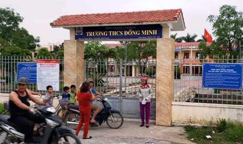 Hiệu trưởng Trường THCS Đồng MinhLê Kim Đính vừa bị huyện Vĩnh Bảo cắt mọi chức vụ vì liên quan đến nhiều sai phạm bị người dân tố cáo. Ảnh: Giang Chinh