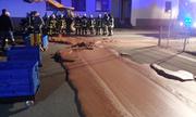 Lính cứu hỏa giải cứu con đường phủ chocolate ở Đức