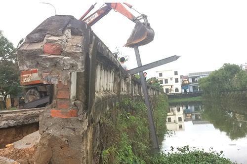 Ban quản lý di tích tỉnh Quảng Trị cho đóng cọc sắt sát bờ kè hồ quanh Thành cổ Quảng Trị ngăn sạt lở tiếp tục diễn ra. Ảnh: Hoàng Táo