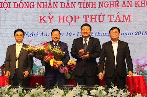 Ông Lê Hồng Vinh (thứ hái từ trái sang) nhận hoa chúc mừng từ lãnh đạo tỉnh.