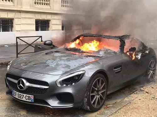 Mẫu xe thể thao hạng sang Mercedes-AMG GT S bị đốt cháy trên một con phố ở Paris. Ảnh: Twitter.