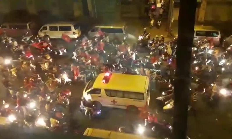 Xe cấp cứu giành giật đường với CĐV 'đi bão' lúc nửa đêm