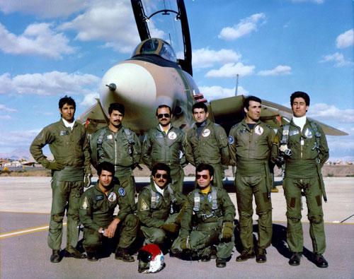 Phi công Iran đứng trước tiêm kích F-14 Tomcat. Ảnh: Wikipedia.