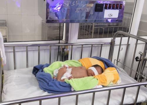 Cháu bé đang được chăm sóc tại bệnh viện Sản Nhi Nghệ An sáng 13/12. Ảnh: Hải Bình.