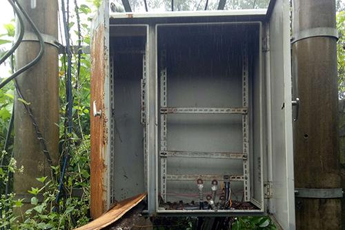 Kẻ gian cạy cửa, tháo trộm toàn bộ thiết bị trong tủ trạm biến áp ở thị xã Quảng Trị.Ảnh:Điện lực Quảng Trị