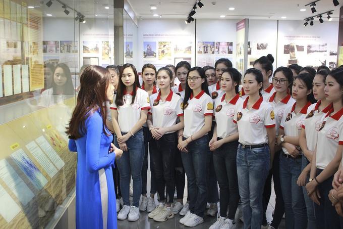 Thí sinh Hoa khôi Sinh viên Việt Nam nhặt rác trên biển Đà Nẵng