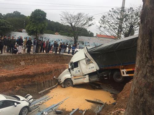 Xe container lao xuống hố trước cổng bệnh viện sao va chạm.