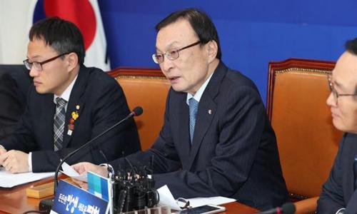 Chủ tịch đảng Dân chủ cầm quyền Lee Hae-chan (giữa) phát biểu nhân 100 ngày nhậm chức hôm 10/12. Ảnh: Yonhap.