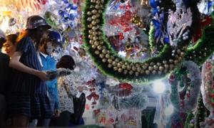 Người Sài Gòn tất bật mua đồ trang trí đón Noel