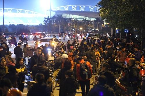 Khung cảnh tấp nập trước cổng Liên đoàn bóng đá Việt Nam. Ảnh: Gia Chính