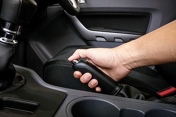 Những tình huống lái xe nên sử dụng phanh tay