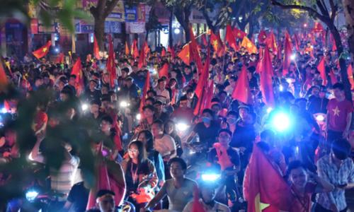 Người hâm hộ đổ ra phố trung tâm Hà Nội ăn mừng chiến thắng trận bán kết của tuyển Việt Nam vào tối 6/12, khiến nhiều tuyến đường bị ùn ứ. Ảnh: Giang Huy