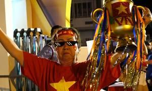 Cụ bà U70 trang trí cup cổ vũ tuyển Việt Nam
