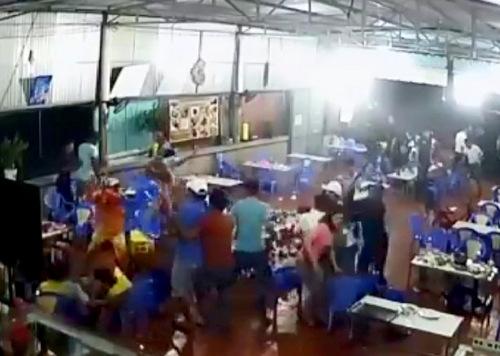 Cảnh truy sát bên trong quán nhậu ở Ngãi Giao tối 1/12. Ảnh cắt từ video.
