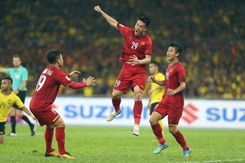 Tiền vệ của Quảng Nam  Huy Hùng ghi bàn đầu tiên trước Malaysia tại trận chung kết lượt đi.