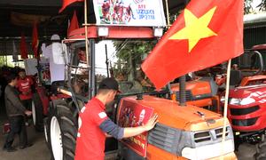 Dàn máy cày 'biến hóa' xuống đường cổ vũ tuyển Việt Nam