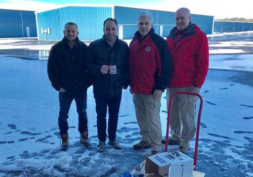 Tiến sĩ Joseph Scalea (thứ hai từ trái sang) cùng các đồng nghiệp thử nghiệm phương phápdùng thiết bị bay chở nội tạng vào tháng 3. Ảnh: Newsweek.