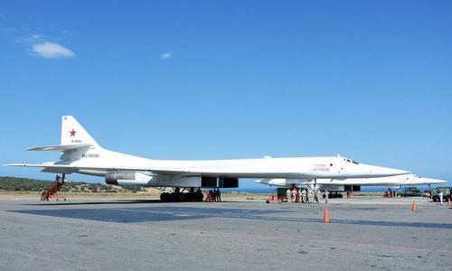 Biên đội Tu-160 Nga tại sân bay quốc tế Caracas. Ảnh: Twitter.